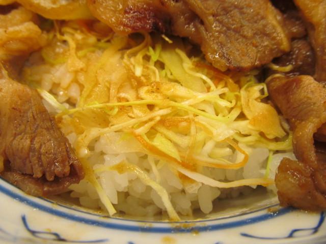 吉野家牛カルビ生姜焼き丼のキャベツとにんじん