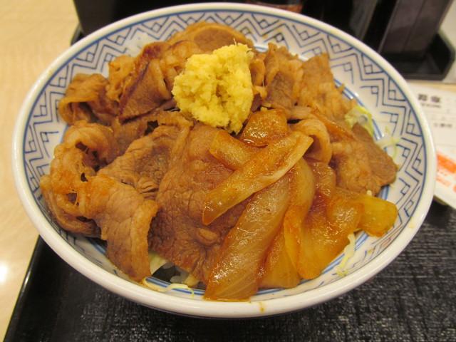吉野家牛カルビ生姜焼き丼大盛の丼をナナメから