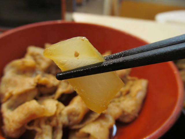 吉野家牛豚半丼の豚皿の玉ねぎ持ち上げ