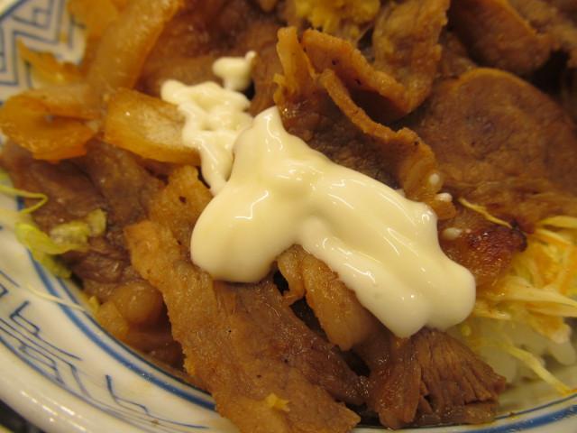 吉野家牛カルビ生姜焼き丼へマヨネーズを投入