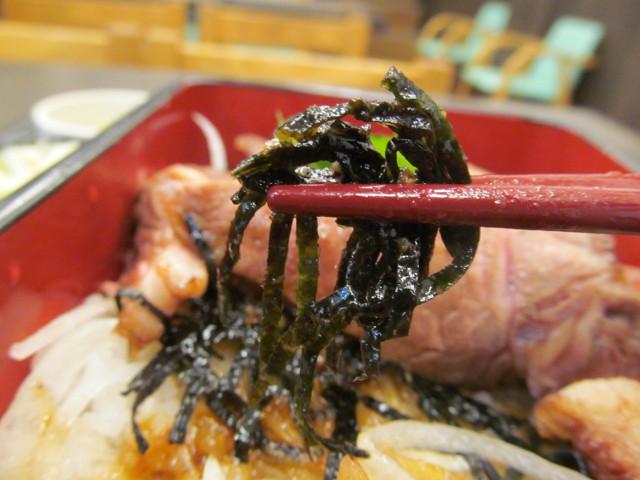 なか卯熟成リブロースステーキ重の海苔持ち上げ