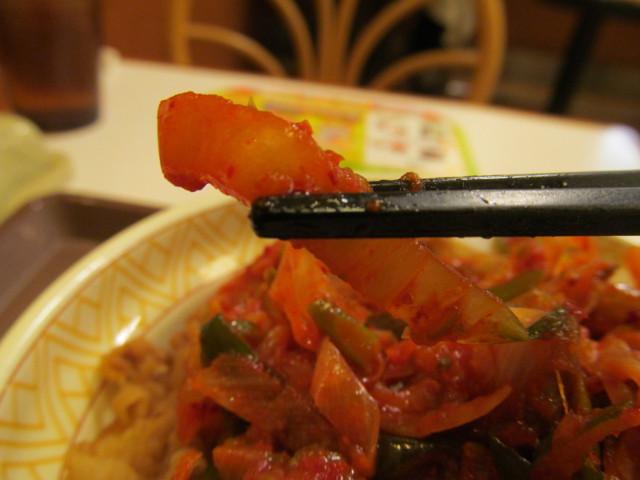 すき家ねぎキムチ牛丼の白菜持ち上げ
