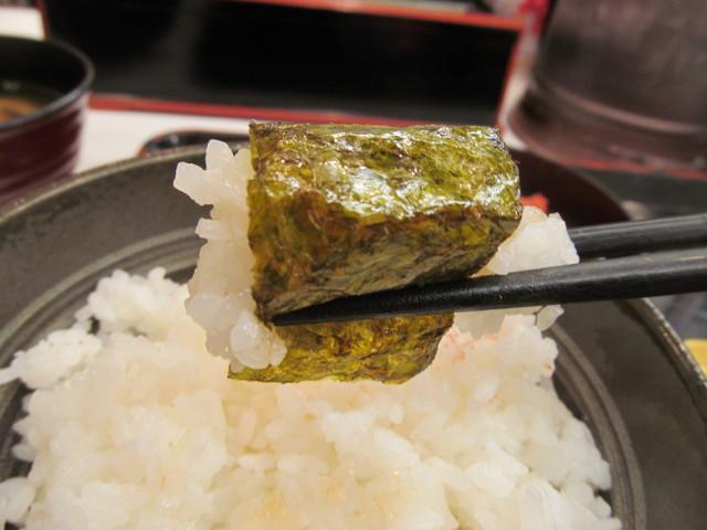 吉野家辛子明太子定食のごはんを海苔で巻いて持ち上げ