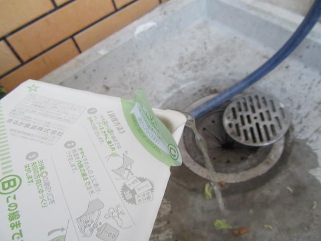 ペヤングソースやきそばプラス納豆のお湯を排出2
