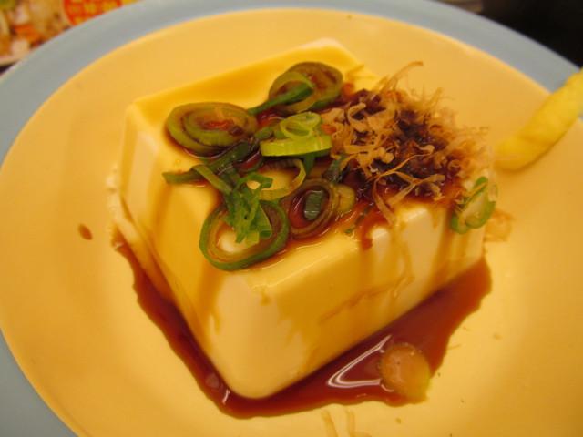 松屋焼鮭定食の冷奴に醤油投入20170307