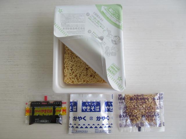 ペヤングソースやきそばプラス納豆の同梱物を取り出す