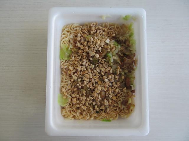ペヤングソースやきそばプラス納豆へ乾燥ひきわり納豆投入後