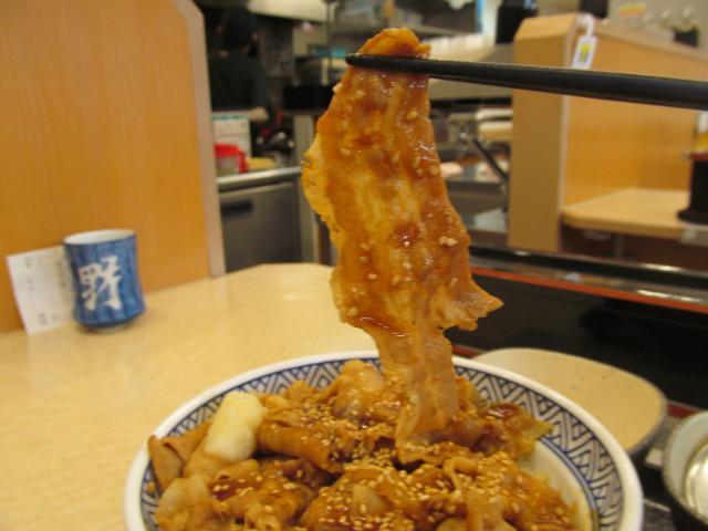吉野家豚スタミナ丼の豚肉を持ち上げ