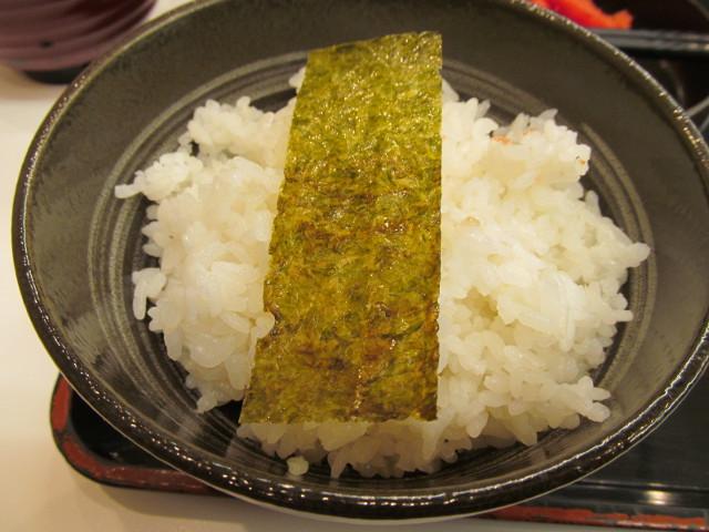 吉野家辛子明太子定食の醤油付き海苔をごはんに載せる