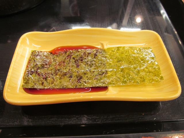 吉野家辛子明太子定食の海苔に醤油をつける