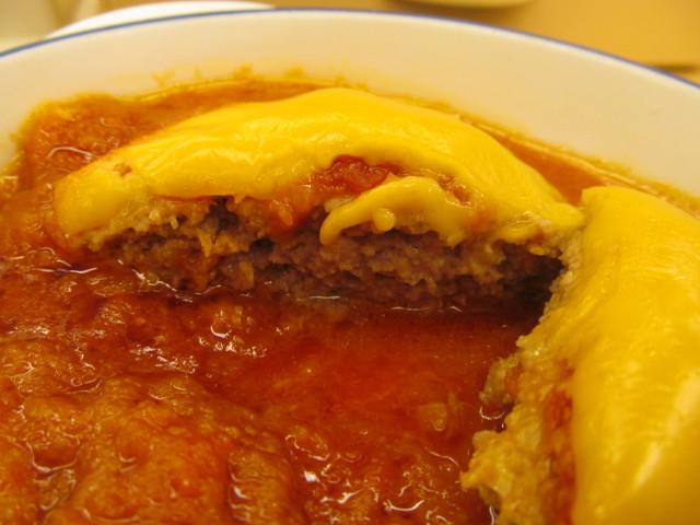 松屋トマトチーズハンバーグ定食のハンバーグの断面左側