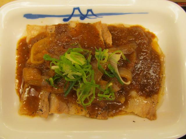 松屋豚バラにんにく味噌定食の豚バラ皿を真上から