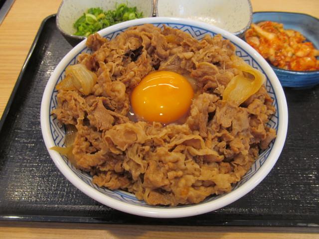 吉野家牛丼大盛の中央に生玉子を投入ナナメ20170428