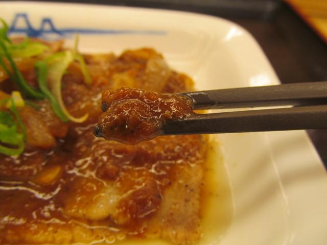 松屋豚バラにんにく味噌定食のにんにく味噌持ち上げ