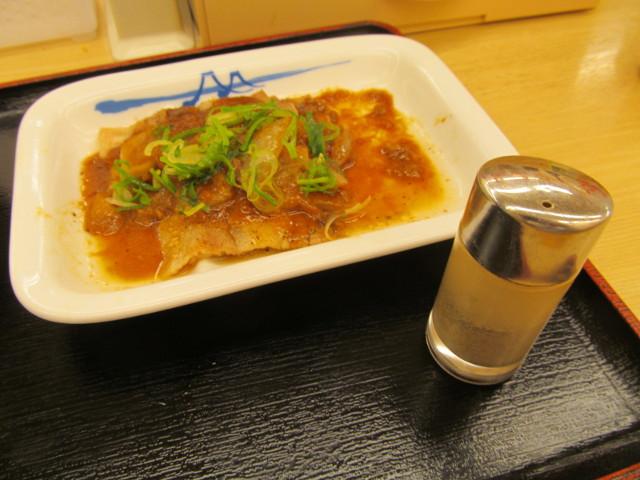 松屋豚バラにんにく味噌定食とコショウ