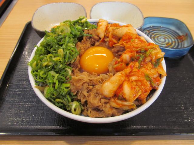 吉野家牛丼大盛へキムチを投入ナナメ20170428