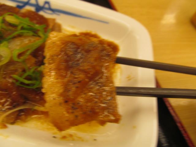 松屋豚バラにんにく味噌定食のコショウ付き豚バラ肉を持ち上げ