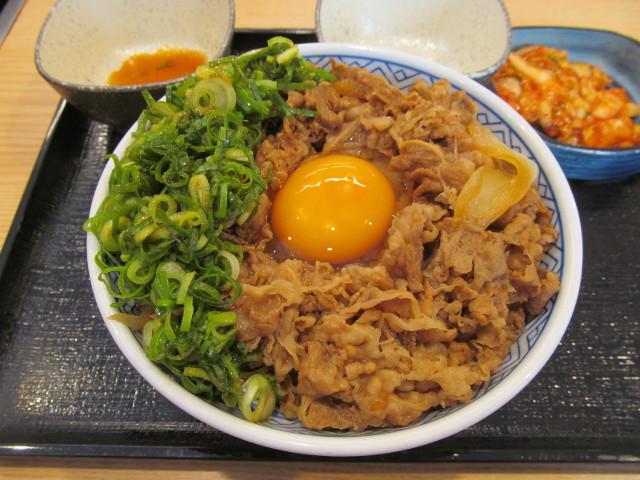 吉野家牛丼大盛へ青ねぎを投入ナナメ20170428