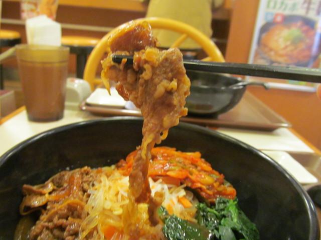すき家ロカボ牛ビビン麺の牛肉持ち上げ
