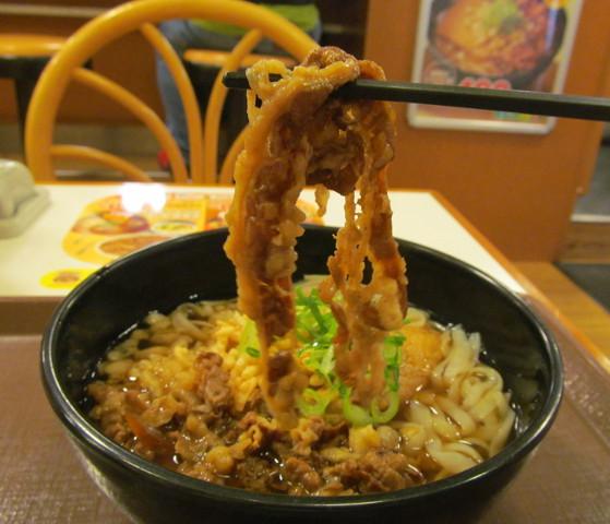 すき家ロカボ牛麺の牛肉持ち上げ