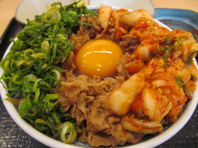 吉野家牛丼大盛へキムチを投入ナナメ寄り20170428