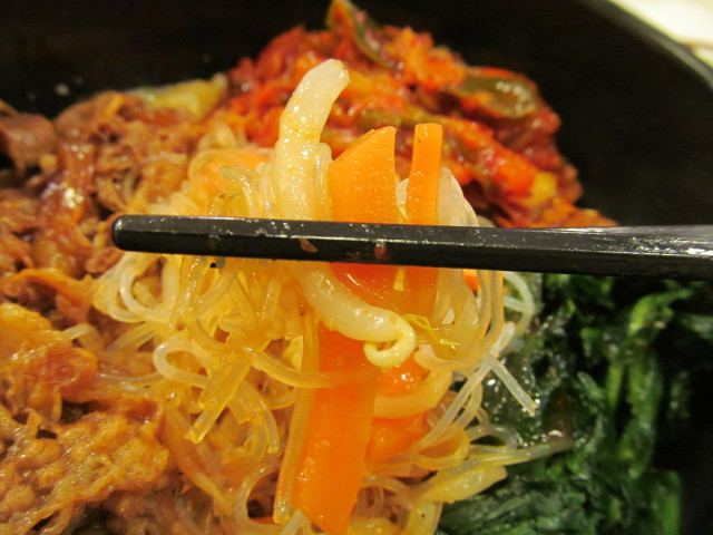 すき家ロカボ牛ビビン麺の春雨サラダ持ち上げ