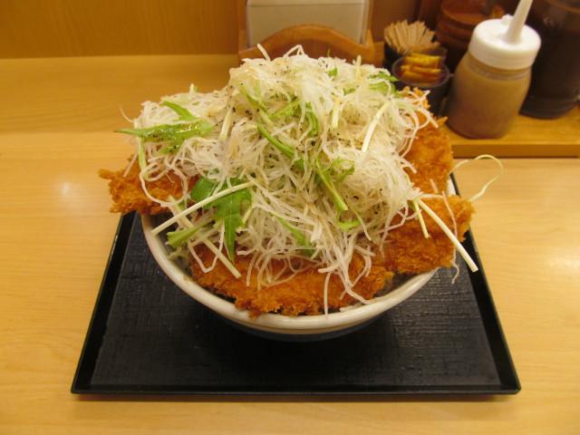 かつやガツ盛り野菜チキンカツ丼大盛をナナメから