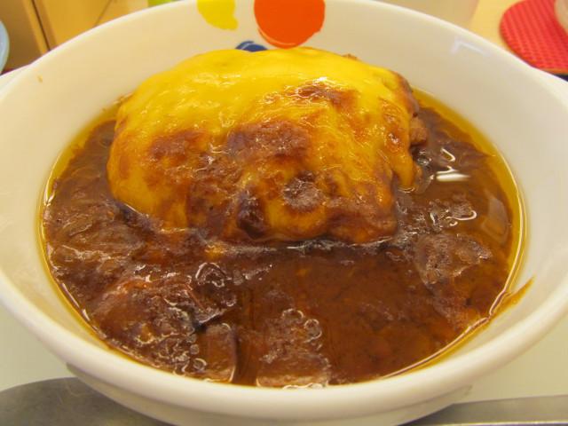 松屋ブラウンチーズハンバーグ定食のハンバーグをナナメから