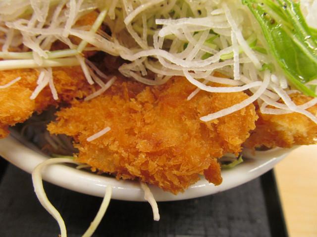 かつやガツ盛り野菜のチキンカツ丼のチキンカツ
