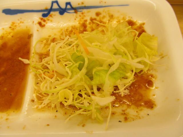 松屋豚バラにんにく味噌定食の皿に生野菜投入