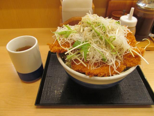 かつやガツ盛り野菜のチキンカツ丼とお茶の大きさ比較