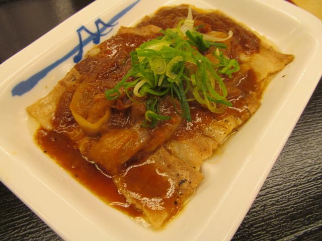 松屋豚バラにんにく味噌定食の豚バラ皿をナナメから