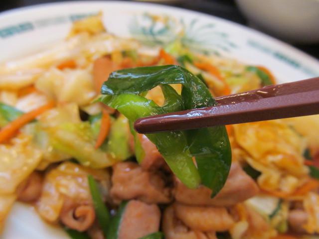 日高屋モツ野菜スタミナ炒め定食のにら持ち上げ