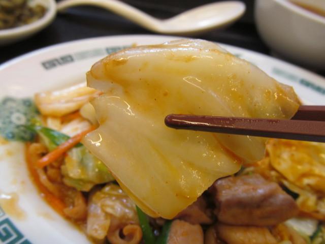 日高屋モツ野菜スタミナ炒め定食の白菜持ち上げ