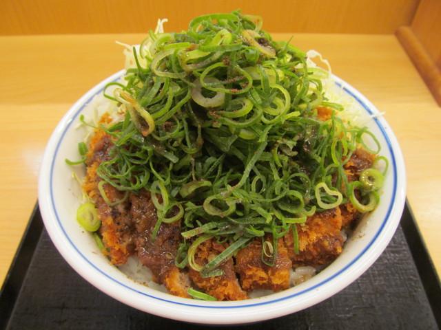 かつやシビれ山椒のぶっかけ青ネギカツ丼ご飯大盛をナナメから寄り