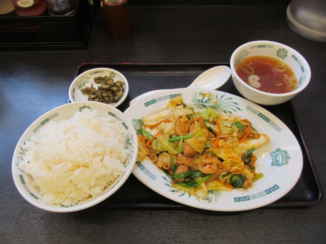 日高屋モツ野菜スタミナ炒め定食ライス大盛一式をナナメから