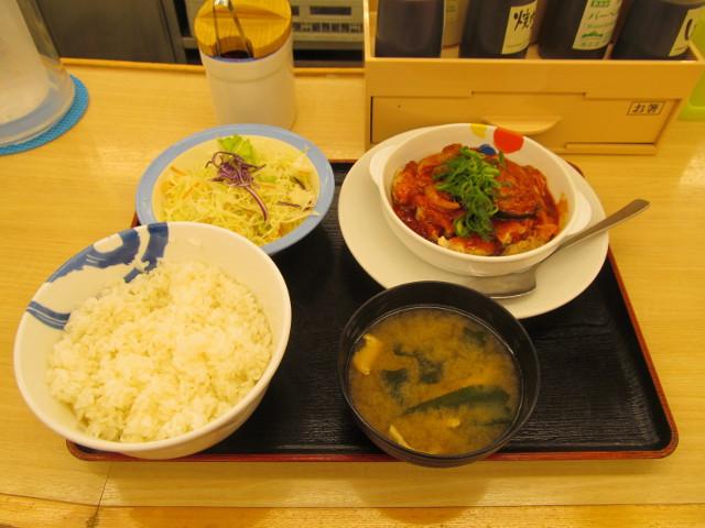 松屋鶏の甘辛味噌定食2017大盛一式をナナメから