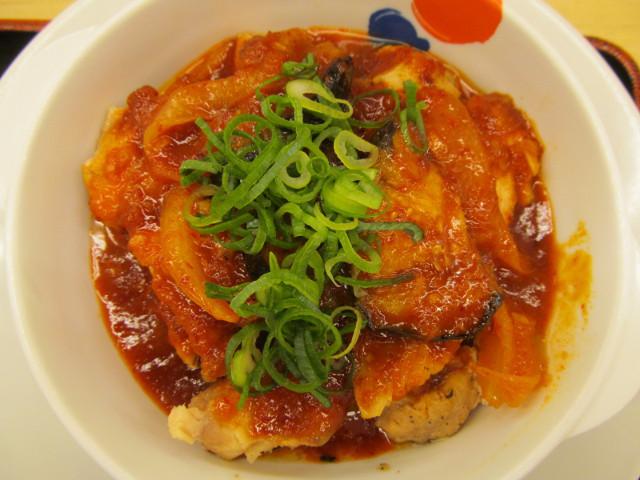 松屋鶏の甘辛味噌定食2017のメインを真上から寄り