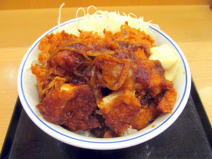かつや_生姜からあげだれのチキンカツ丼2019大盛賞味アイキャッチ1280調整後